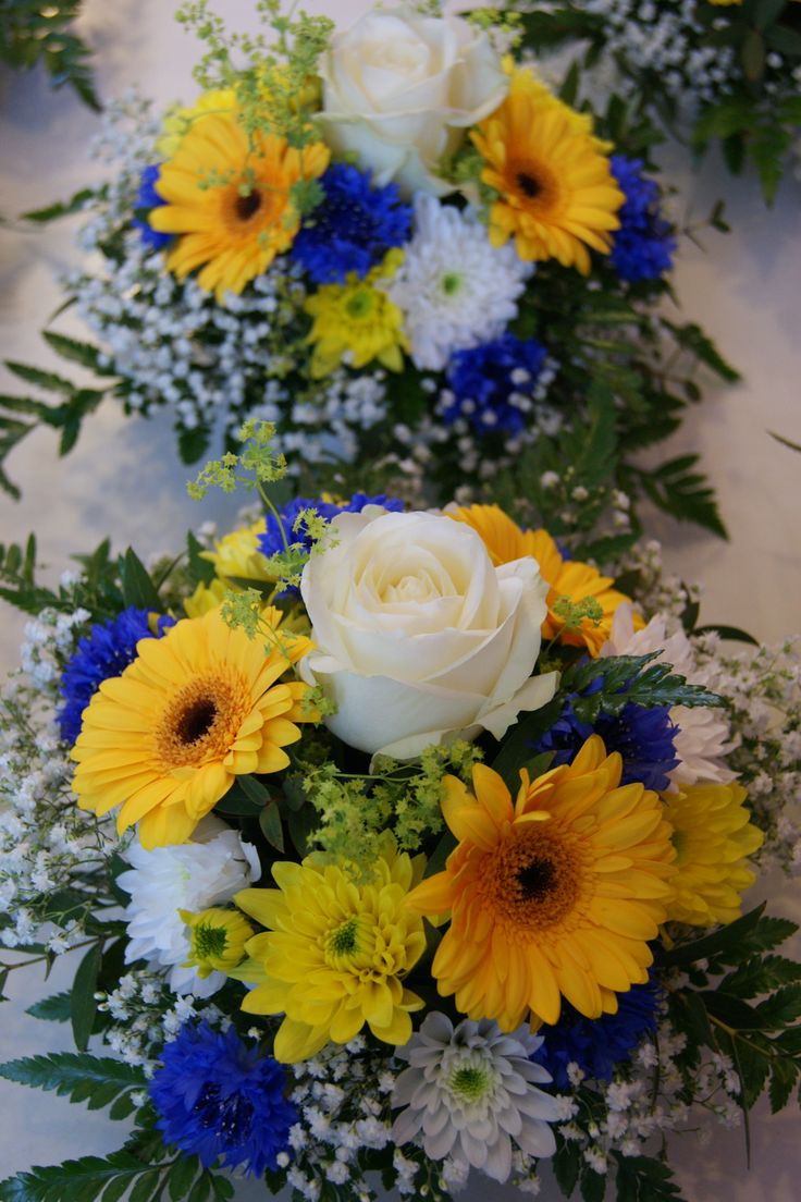 Centres de table blanc jaune bleu avec roses germinis for Bouquet de fleurs centre de table