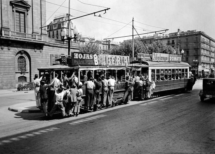 1940's - El tramvia núm. 59 ple de passatgers circulant pel passeig d'Isabel II. Barcelona, finals anys 40