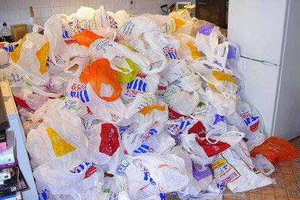 Recuperndo bolsas plasticas (los creditos para: http://www.ecologiablog.com/post/220/el-futuro-de-las-bolsas-de-plastico)
