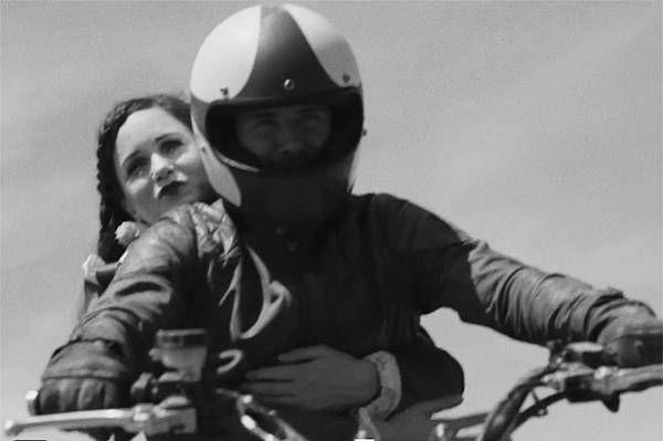 Разумеется, на пути героя Бекхэма встает множество преград.К слову, исполнительным продюсером «Преступников» стала Лив Тайлер. Накануне в сети появился первый трейлер короткометражного фильма бренда Belstaff «Преступники» (Outlaws), главную роль в котором исполнил Дэвид Бекхэм.Помимо Бекхэма, в трейлере появились Харви Кейтель, Кэти Мориарти и Кэтрин Уотерстон.Согласно сюжету, мотоциклист-каскадер (Дэвид Бекхэм) отправляется на поиски своей возлюбленной, выступающей ...