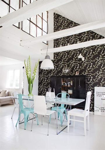Vackra gamla fönster och högt i tak. Möblerna är en blandning av nytt och gammalt.
