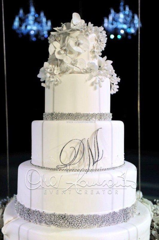 Matrimonio in inverno. Sorpresa e stupore per l'arrivo scenografico della torta nuziale. | Cira Lombardo Wedding Planner