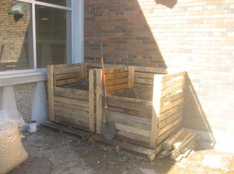 DIY: Simple recycled pallet compost bins  ok mine don't look EXACTLY like that but they work