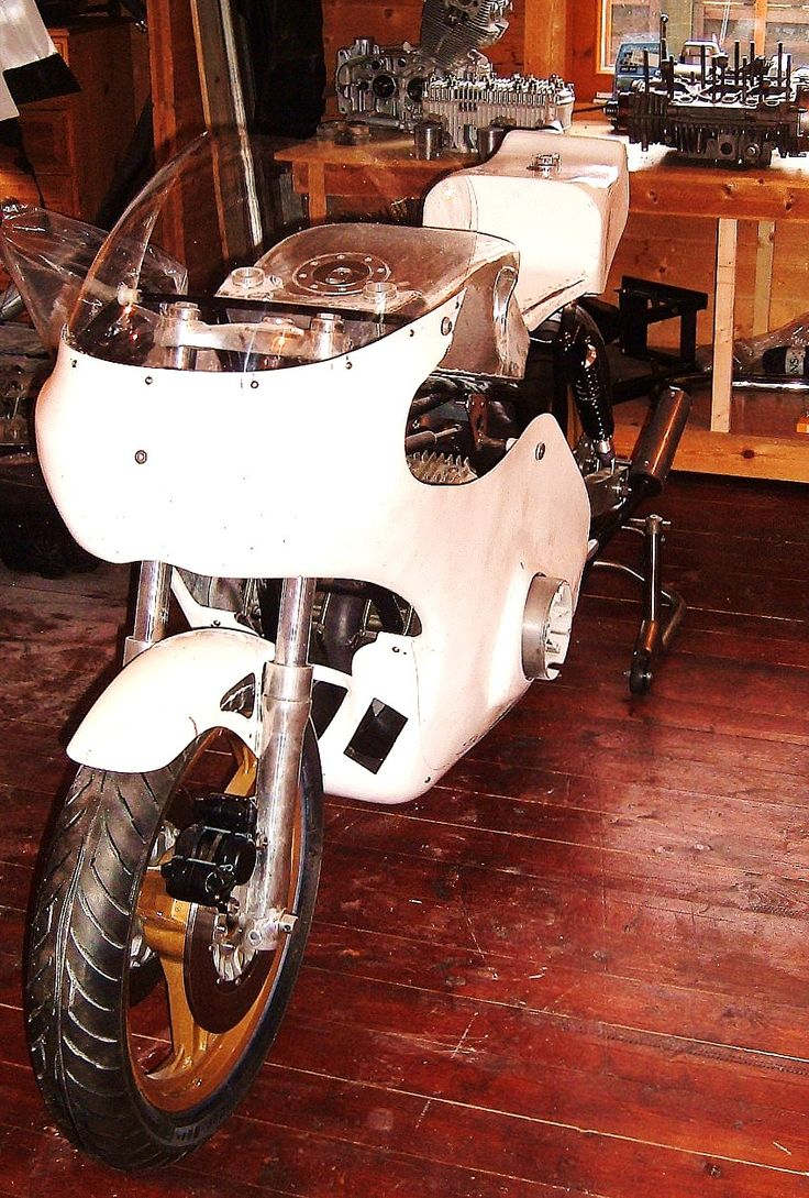 Suzuki Tr750 Replica Road Legal - Fitting the bodywork. The Fairing is the early type TR750 as fitted to the 1972 bikes.