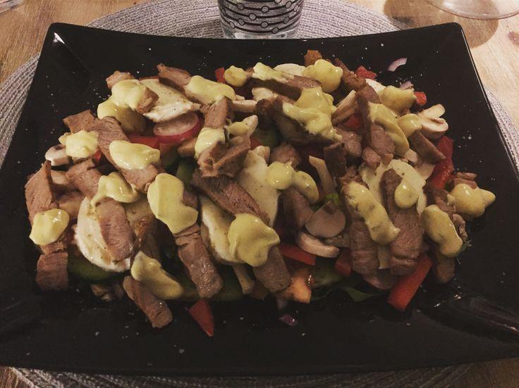 Matig sallad med vitlöksmarinerad grillad trancherad fläskkarré, mozzorella, röd lök, röd paprika, bladsallad, romansallad, färska champinjoner, rädisor, gurka, tomat, olivolja, salt & nymalen svart- & vitpeppar toppad med bearnaisesås!👨🍳😍❤💜🐷🐖🍅🥒🧀🍴👍🍽 #masseskök #matblogg #middag #middagstips #lunch #lunchtips #maceingkitchen #matporr #foodporn #vardagsmat #vardagslyx #KingofHashtags
