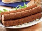 Zelf frikandellen maken, wie zou dat niet willen? Deze immens populaire snack van gekruid vlees is makkelijk zelf te maken. Zelf frikandellen maken doe zo!