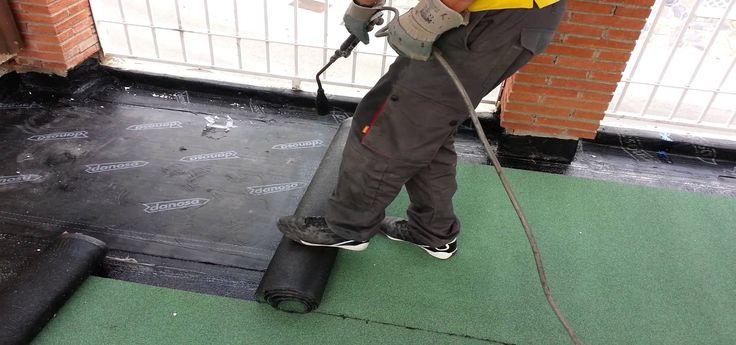 Impermeabilización con Tela Asfáltica y PVC es una de las opciones más utilizada para aislar e impermeabilizar las terrazas, tejados y patios de nuestro hogar de las afecciones que podrían ocurrir a causa de la lluvia o humedades.