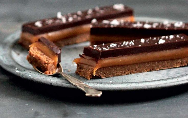 Luksusversionen af chokoladebaren Twix med knasende kiksebund, chewy saltkaramel og mørk chokolade.