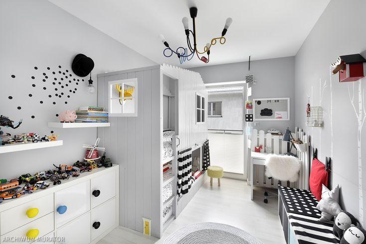Kinkiet przy łóżku powstał z wyjętego z szafy cylindra. Jego rondo zostało owinięte kablem od lampki. Wypadające z kapelusza kropki symbolizują, według mamy dwójki maluchów, pomysły na dziecięce zabawy. My interpretujemy je po swojemu – jako ilustrację rozsypanych po całym pokoju kreatywnych projektów Adrianny.Meble – IKEA