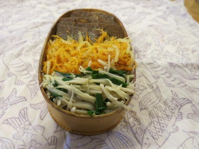 ナムル丼 (いつもの、こんにゃくカルビ風&人参ともやしのナムル&えのき茸とニラのナムル)