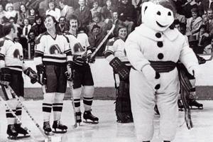 Histoire du Carnaval de Québec - Au Colisée, Bonhomme s'avance pour la mise au jeu en 1975