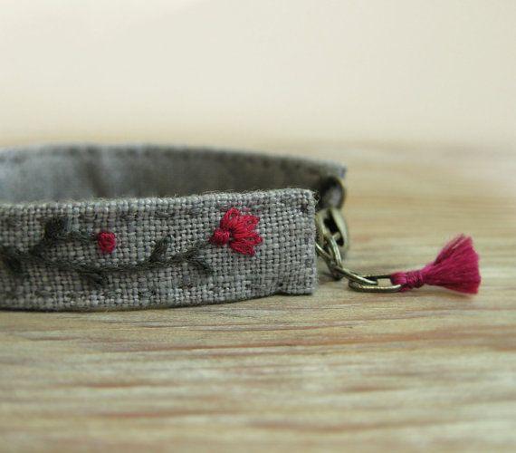 Floral Cuff Bracelet - flores rosadas y una mano de vid gris oscuro bordado sobre lino gris