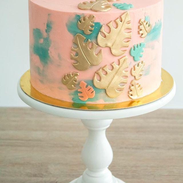 ☘️✨ @lofteventosmedellin #rusticcake #wedding #bodas #rusticwedding #cake #dessert #desserttable #caketable #cakestand #bakery #events #weddingdecor #gold #redvelvet #reposteriamedellin #donuts #woods #unicorn #unicorncake #magic #baptism #cakehomereposteria