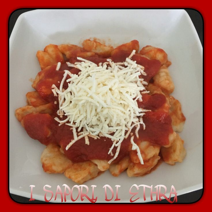 Gnocchi fatti in casa con pomodoro e cacio è un primo piatto molto buono e cucinato solitamente la domenica....e il ricordo va subito