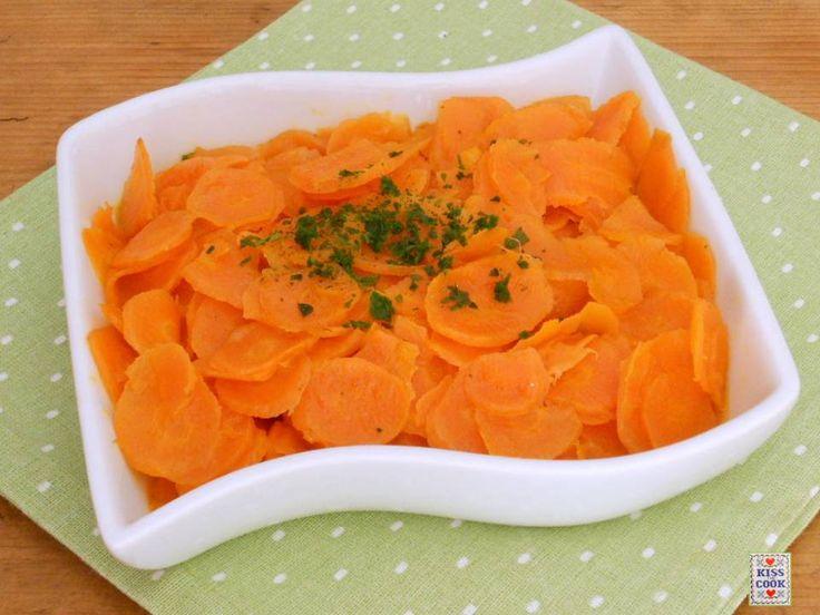 Carote allo zenzero, un facile contorno, che si prepara in pochissimo tempo. Il sapore fresco dello zenzero si sposa bene con il sapore dolce delle carote.