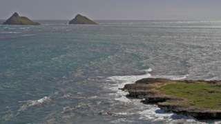 Image caption                                      Kalaupapa es una península de la isla de Molokai.                                Llegaron a la isla de Molokai, en Hawái, pensando que su único destino era la muerte. Es lo que sucedió con unas 8.000 personas que, entre 1866 y 1969 fueron trasladadas a Kalaupapa, una remota península en el norte de esta isla hawaiana que durante 100 años sirvió como lugar de exilio forzado de enfermos