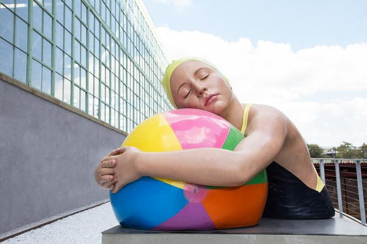 Monumental Swimmers – The hyperrealist sculptures of Carole Feuerman