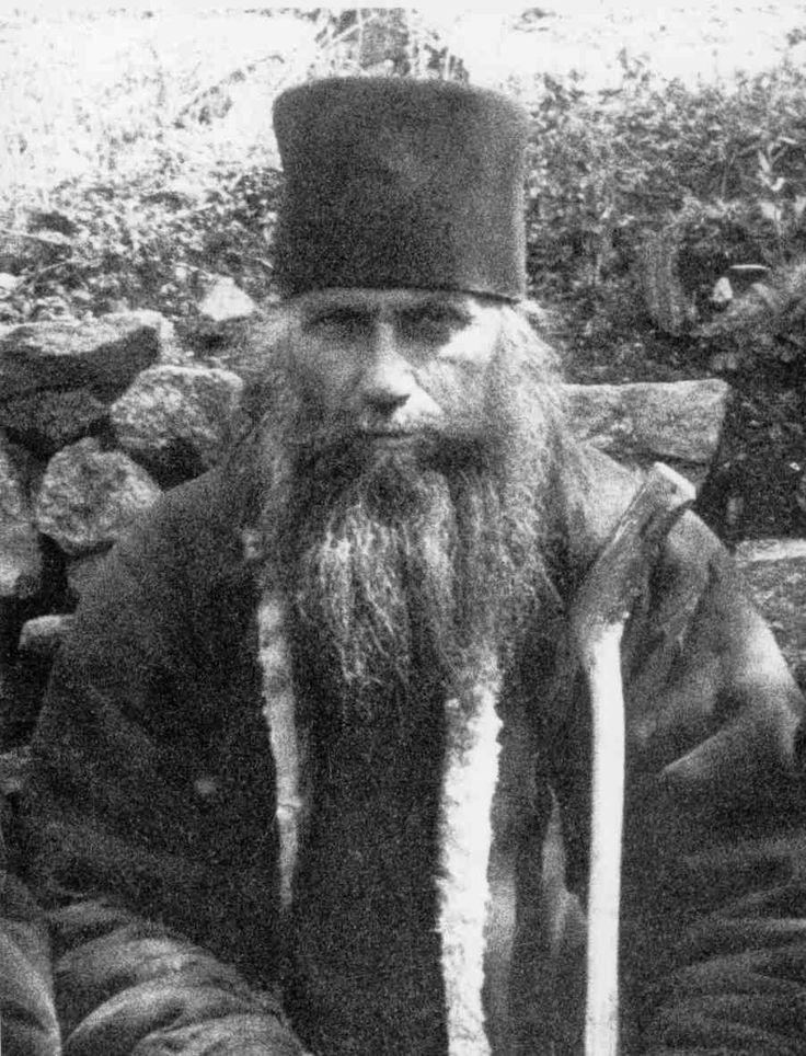 Silouane.Syméon Antonov, connu sous son patronyme religieux de Silouane de l'Athos ou Silouane l'Athonite, né en 1866, dans le village de Chovsk province de Tambov, Russie - mort le 11 septembre 19381 au Mont Athos, en Grèce,  était un moine russe, saint de l'Église orthodoxe, qui vécut dans le monastère Saint-Panteleimon du Mont Athos de 1892 à sa mort.