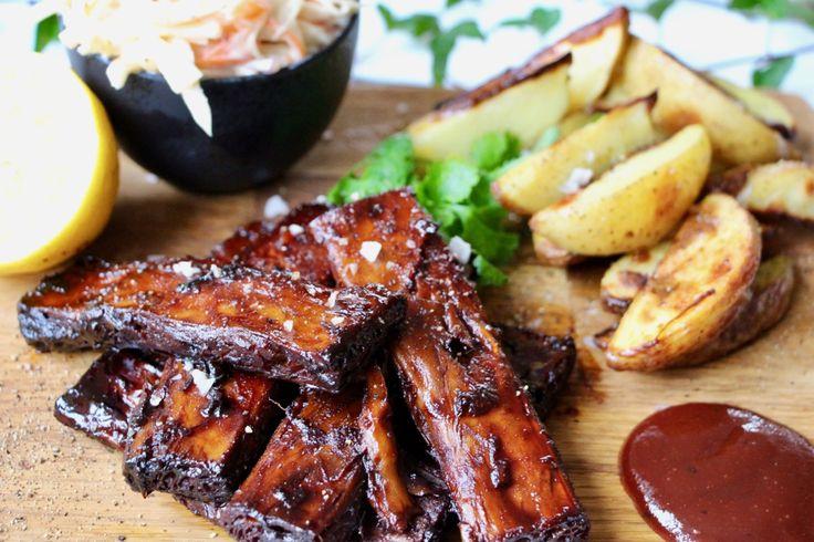 Veganska ribs med coleslaw och potatisklyftor – Jävligt Gott Festivalkäk med Bråvallafestivalen! | Jävligt gott - vegetarisk mat och vegetariska recept för alla, lagad enkelt och jävligt gott.