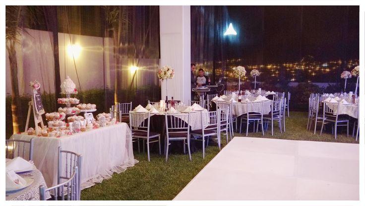 Mesa decorada con 120 cupcakes, Big Cupcake, rosas, caballete....para el matrimonio de Evelyn & Jersson en los Huertos de La Molina