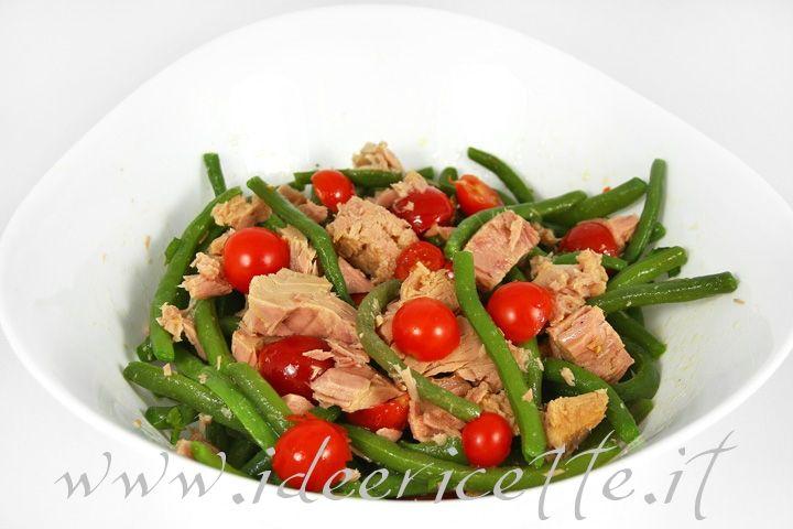 Primo piano insalata di pomodorini fagiolini e tonno