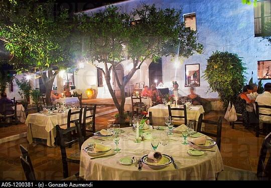 La Masia, Ibiza. Eten tussen de sinaasappelbomen.