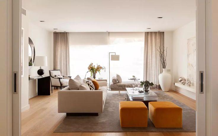 Soggiorno contemporaneo, molto elegante, con vari elementi di lusso. Stile e design semplice ma di grande impatto visivo, colori neutri con alcuni tocchi di colore arancione