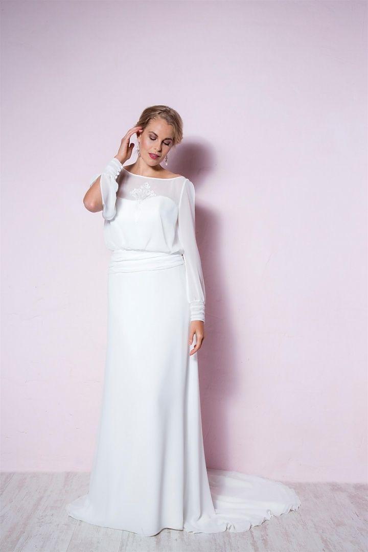 be the light, 26052, collectie 2016 nb Elegant en vol gratie deze soepel vallende trouwjurk. De stof zorgt er voor dat de jurk heel gracieus valt. Wel heel geraffineerd zoals de lange transparante mouwen aan de bovenzijde zijn open gelaten. #soepelvallend #transparant #mouwen #koonings