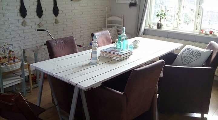 Zelfgemaakte tafel van oude vloerdelen. Alleen is de tafel nog niet helemaal naar mijn zin, en ga de bovenkant dry brushen en distressen met verschillende kleuren blauw......wordt vervolgd!