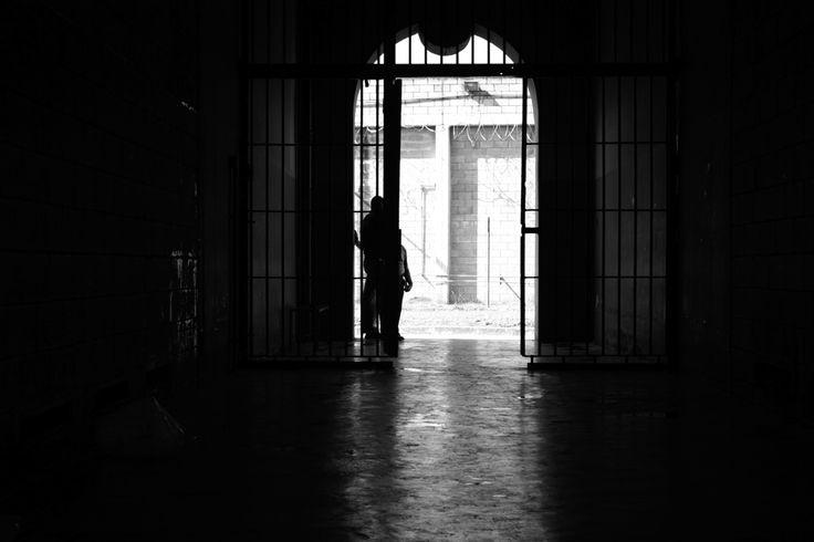 A saída temporária é prevista na Lei de Execução Penal (Lei n° 7.210/84) e é concedida às pessoas presas que estejam cumprindo pena no regime semiaberto.