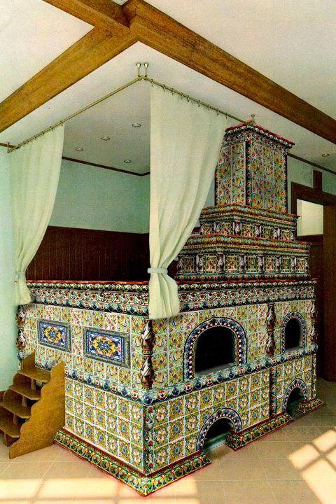 Русская печь с изразцами в интерьере дома