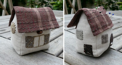 Cottage pincushion with built in needlebook free pattern and tute (French).