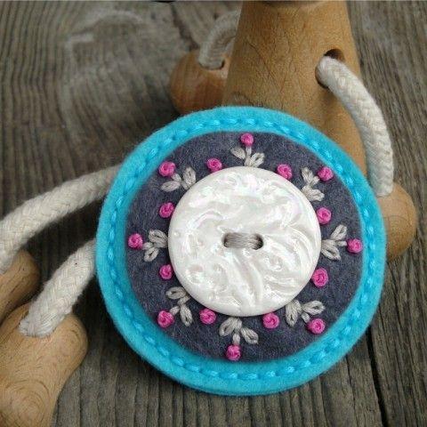 Brož s keramikou brož ozdoba knoflík brožka mandala filc vyšivka mandalka crochetka