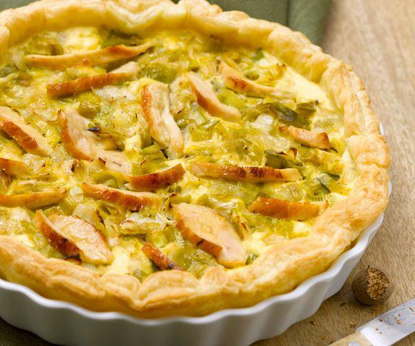 Voici une recette pour préparer une tarte aux poireaux, à la ricotta et à l'émincé de poulet grillé. À savourer en entrée.