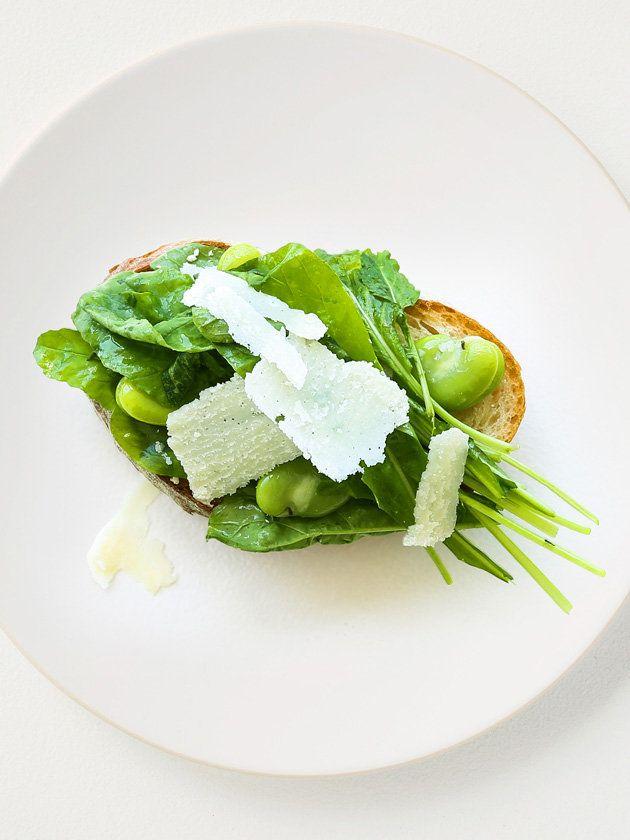 ルッコラと空豆のオープンサンド/チーズをパンにのせて焼いてからルッコラと合わせても、また別のおいしさが楽しめる。 #レシピ #elleatable