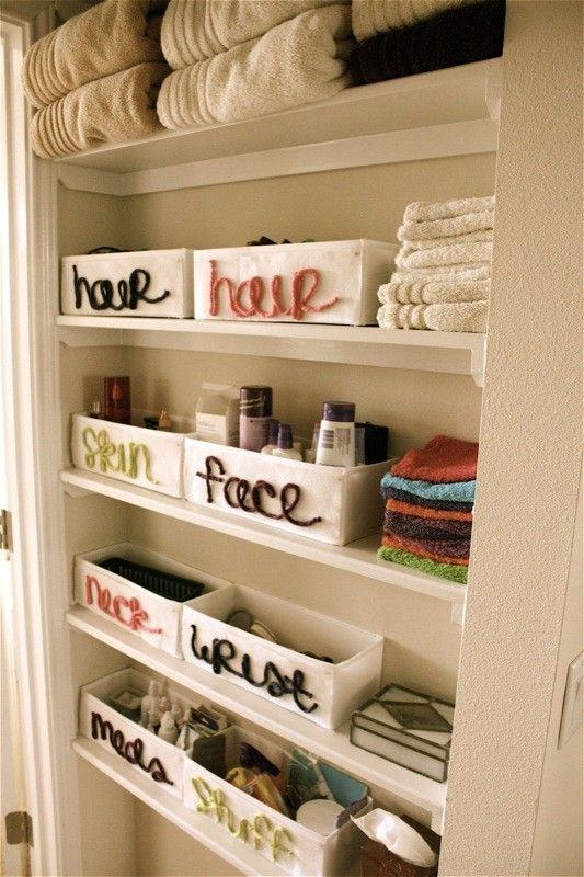 Pinta y re-usa cajas de cartón y etiquétalas con estambre para tener todos tus cosméticos organizados.