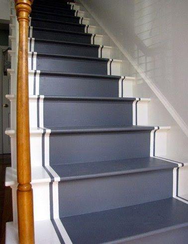 Deux bandes de peinture bleu pour souligner les marches de l'escalier repeintes bleu et blanc
