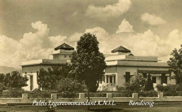 Paleis legercommandant KNIL te Bandoeng a/h Insulindepark.
