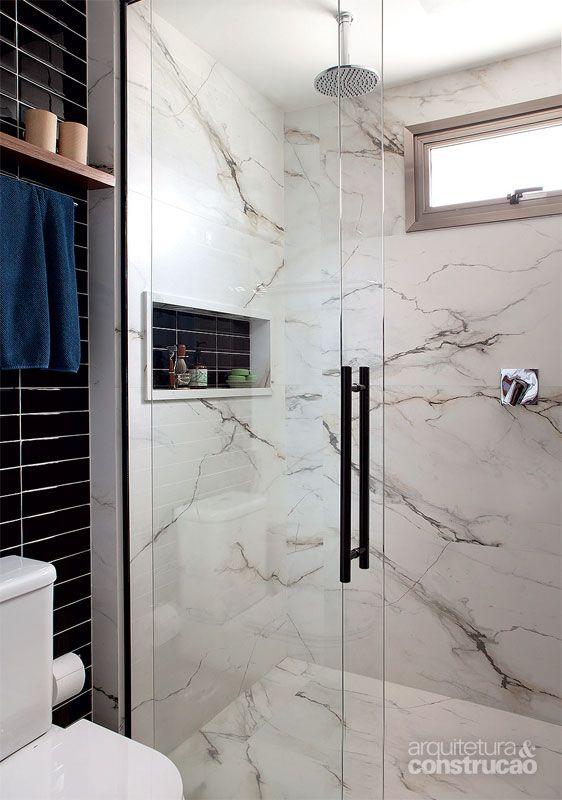 Parece mármore, mas o revestimento do boxe é porcelanato (Bianco Paonazzetto, 0,60 x 1,20 m, da Portobello). Projeto de Mônica Wipfi.