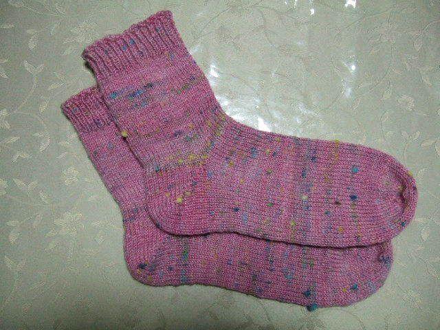 前に編んだピンクのカラーネップ入りのソックスよりも薄い色にしてみたくて、もう少し多めに白とグレーをブレンドしました。 今回はプレーンなメリヤス編みのソックス。…