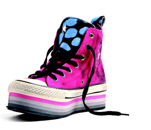 Anche le sneaker si vestono a festa e si colorano nella Holiday Limited edition di Converse.