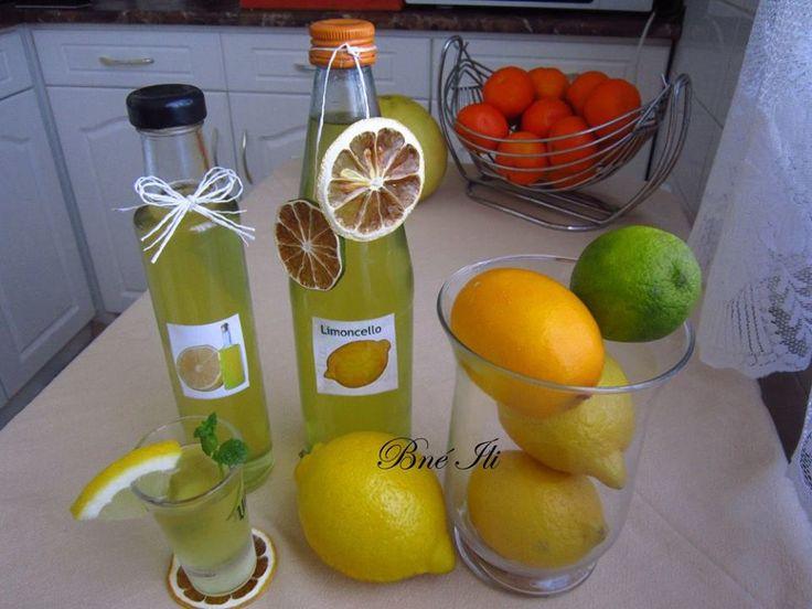 Limoncello  5 db citrom 1 lime 6-7 dl vodka  A megmosott citrusokat megsikáljuk, zöldséghámozóval vékonyan meghámozzuk. Jól zárható befőttes üvegbe beletesszük a citrushéjakat, ráöntjük a vodkát,  légmentesen lezárjuk.  Egy hétig sötét, hűvös helyen állni hagyjuk, naponta egyszer jól megrázva az üveget,  1hét állás után leszűrjük. 1/2 l vízből, 1 citrom levéből és 40 dkg cukorból  szirupot főzünk.  A citromhéjról leöntött alkoholt papírtörlővel bélelt tésztaszűrő segítségével leszűrjük, a…