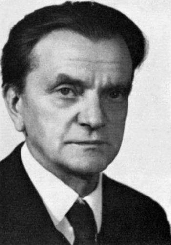 Simonyi Károly professzor fotója (1968) a mi tablóképünk volt. Míg élünk emlékezünk előadásaira, mindenre, ami őt a legnagyobbak közzé emelte.