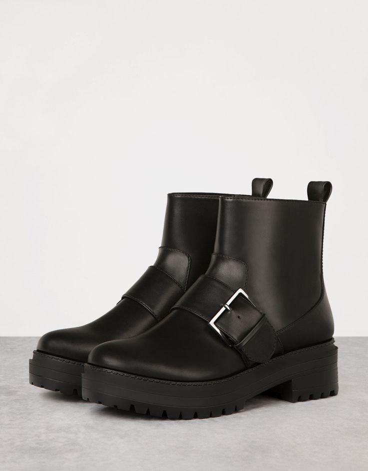 Laars, platte zool, met gesp - Laarzen en halfhoge schoenen - Bershka Netherlands