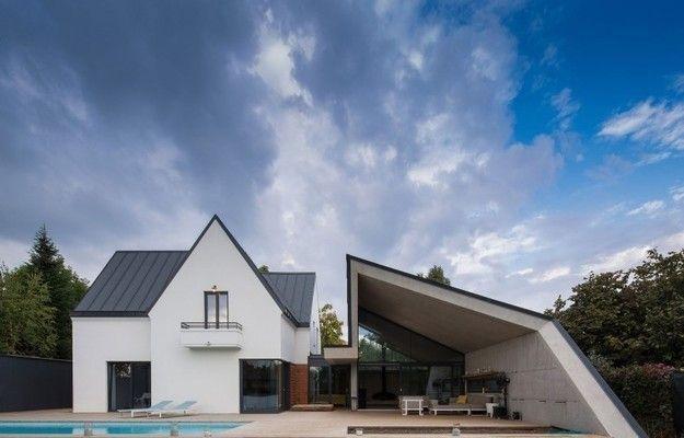Румынские специалисты сумели добавить старому дому необычную пристройку, которая превратила традиционное строение в настоящий архитектурный шедевр и значительно увеличила его площадь