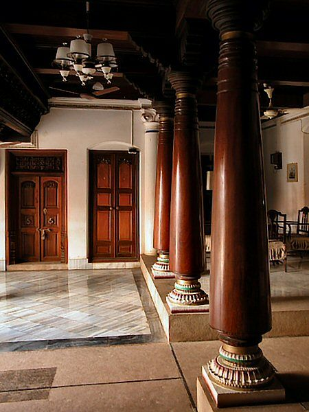 Pillared courtyard, Chettinad House (http://www.pbase.com/oochappan/image/26529132)