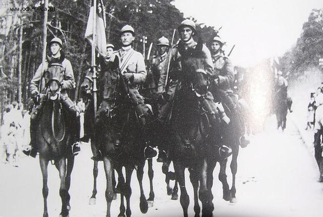 Poczet sztandarowy 1 Pułku Ułanów Krechowieckich w Augustowie. Wymarsz na wojnę