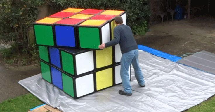 Britânico criador de cubo mágico gigante resolve o quebra-cabeças