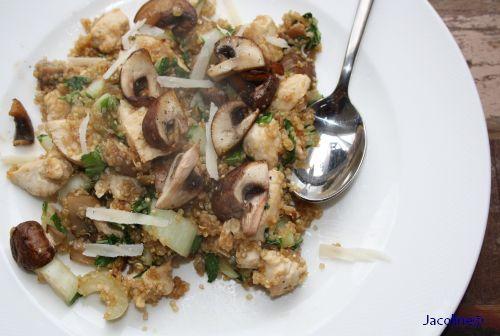 Quinoa met kip en champignons   Van verschillende lezers had ik al eens een berichtje gekregen over Quinoa of ik daar eens iets van wild...