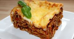 Zöldséges lasagne recept: Néha előfordul velem, hogy nem kívánom a húsos ételeket. Ilyenkor ez a zöldséges lasagne recept az elsők között jut eszembe. Nem csak azért szeretem mert nagyon finom, hanem mert az én húsimádó családom is szívesen megeszi. :) Aki szeretne egy picit egészségesebb finomságot készíteni a családjának, az feltétlenül próbálja ki ezt a zöldséges lasagne receptet!